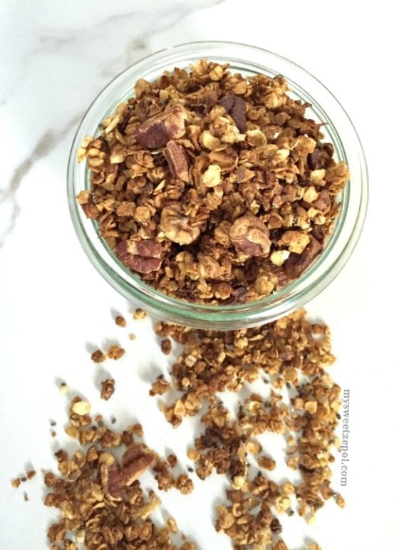 Honey Pecan and Cocoa Granola / great basic granolal recipe with a touch of pecans, cocoa and honey / recipe by My Sweet Zepol #foodblog #healthy