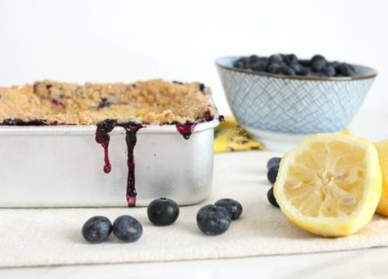 Lemons and blueberries play so well together. Specially if they join cream cheese for a smooth, sweet and tangy cheesecake. Easy to make Blueberry Lemonade Cheesecake /more at mysweetzepol.com