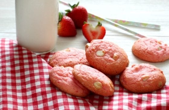 Strawberry and White Chocolate Cake Box Cookies , super easy and super addictive! find the recipe at mysweetzepol.com