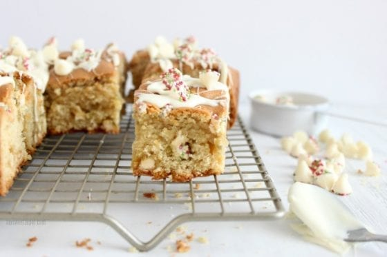 White Chocolate Winter Blondies are the perfect treat for those cold afternoons when all you want to do is cuddle with your favorite book and drink at hand. Grab the recipe at mysweetzepol.com #blondies