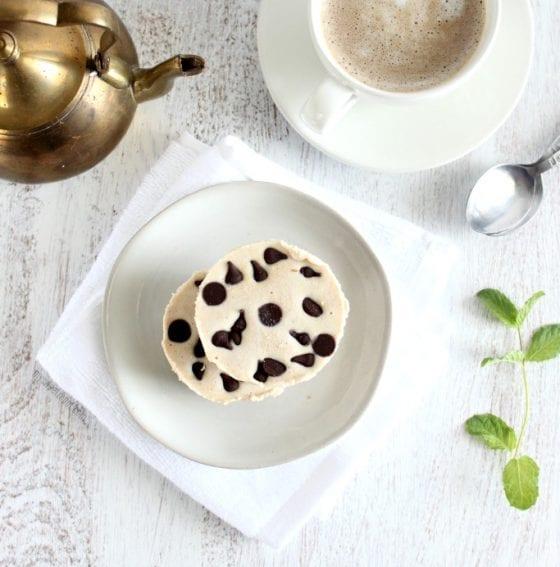 Vegan, Gluten Free, Dairy Free dark chocolate chips mini cheesecake. Grab the recipe @ mysweetzepol.com #minicheesecakes #dessertrecipe Vegan, Gluten-Free, Dairy-Free Mini Cheesecakes