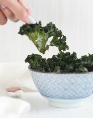 Sea Salt Baked Kale Chips (grab the recipe at mysweetzepol.com) #healthy #snacking