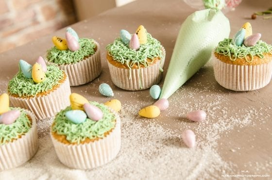 Easter desserts ideas with a twist, cupakes with Easter eggs and frosting in pastel colors