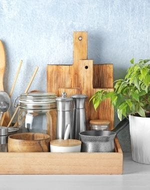 decor tray ideas for the kitchen, kitchen utensils, wooden cutting boards, wooden cups, glasses, mason jar, house plant